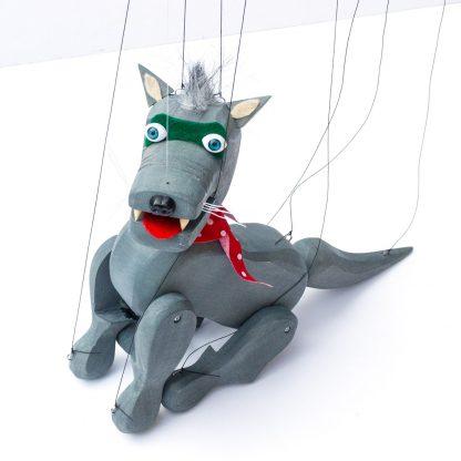 Handgemachte Marionette aus Holz und Filz - böser aber nieldicher grauer Wolf sitzend