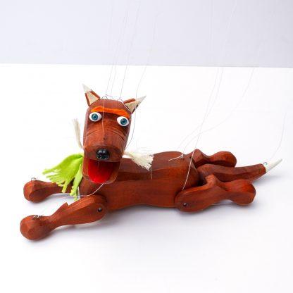 Handgemachte Marionette aus Holz und Filz - brauner süßer Hund mit grünem Schal liegend seitlich