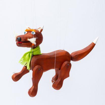 Handgemachte Marionette aus Holz und Filz - brauner süßer Hund mit grünem Schal seitlich