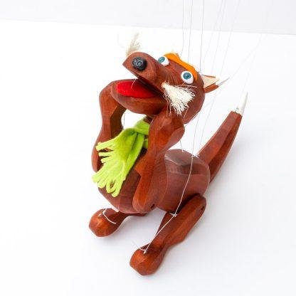 Handgemachte Marionette aus Holz und Filz - brauner süßer Hund mit grünem Schal schreit spielerisch