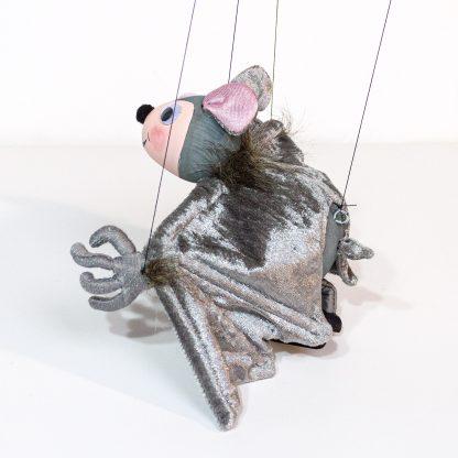 Augsburger Puppenkiste Marionette von Kalle Wirsch Fledermaus Tutulla seitlich hinten